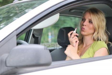 7579273-joven-mujer-rubia-haciendo-maquillaje-con-lapiz-labial-en-coche