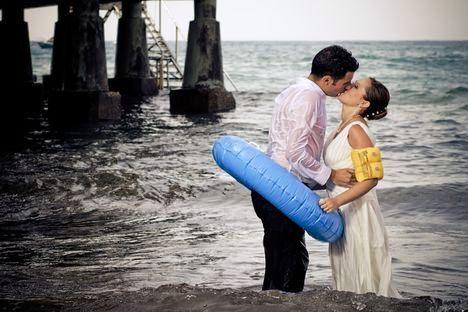 pareja-besandose-dentro-del-agua-con-flotadores_0