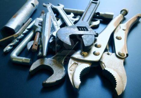 10460798-antiguo-utilizado-herramientas-bricolaje-sobre-fondo-negro