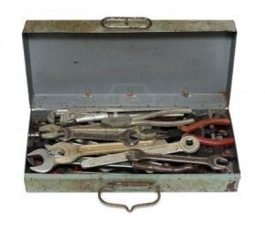 4098012-oxidado-antigua-caja-con-herramientas-aisladas-en-blanco